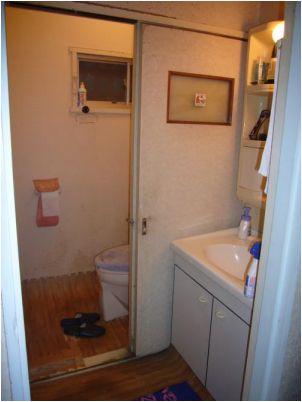 トイレの床は落ちてしまってました。