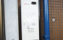 配管は壁のタイルと同系色のスリムダクトを使用しています。