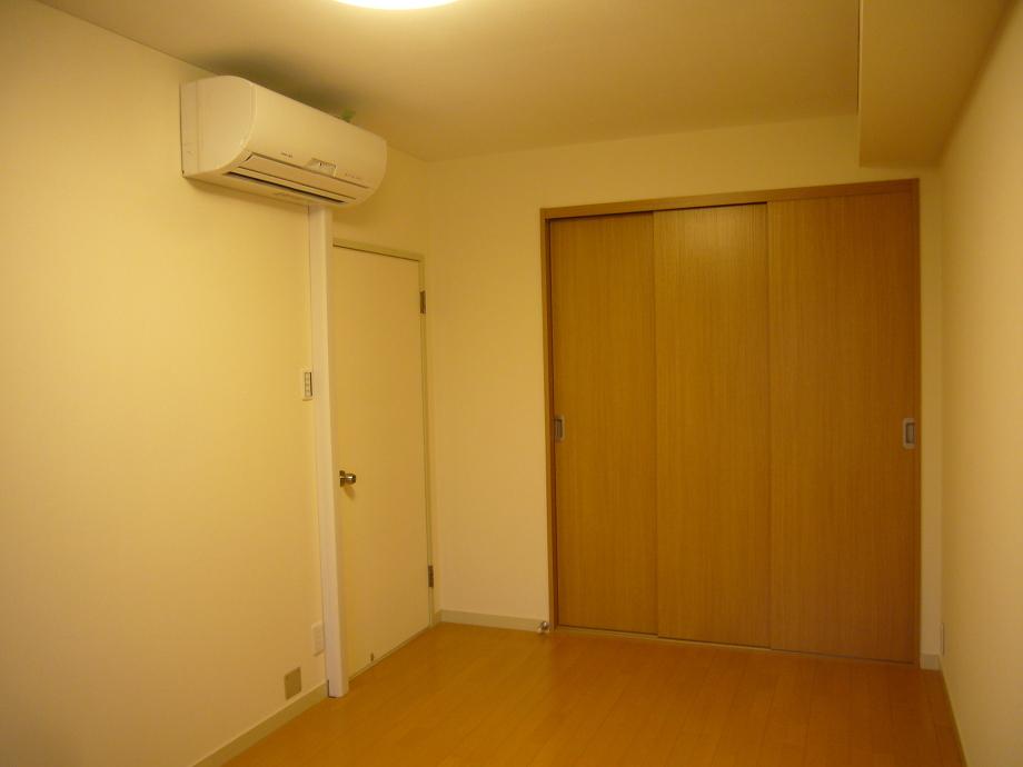 部屋の対面のベランダより冷媒管とドレンを配管してようやく念願のエアコンを設置することができました。