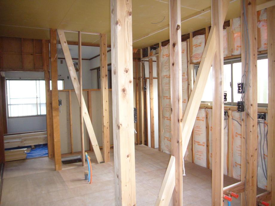 サッシを入れて、床、壁に断熱材を敷設。