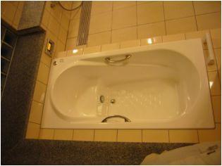 エプロンに手摺もつけました。たいへんキレイな浴槽です。