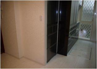 冷蔵庫の壁を洗濯機の壁より下げることでダイニングスペースを確保しています。