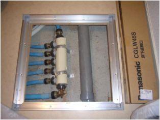 写真には映っていませんが、給湯管も、給湯器の下にヘッダーを設けて同じ工法で配管しています。