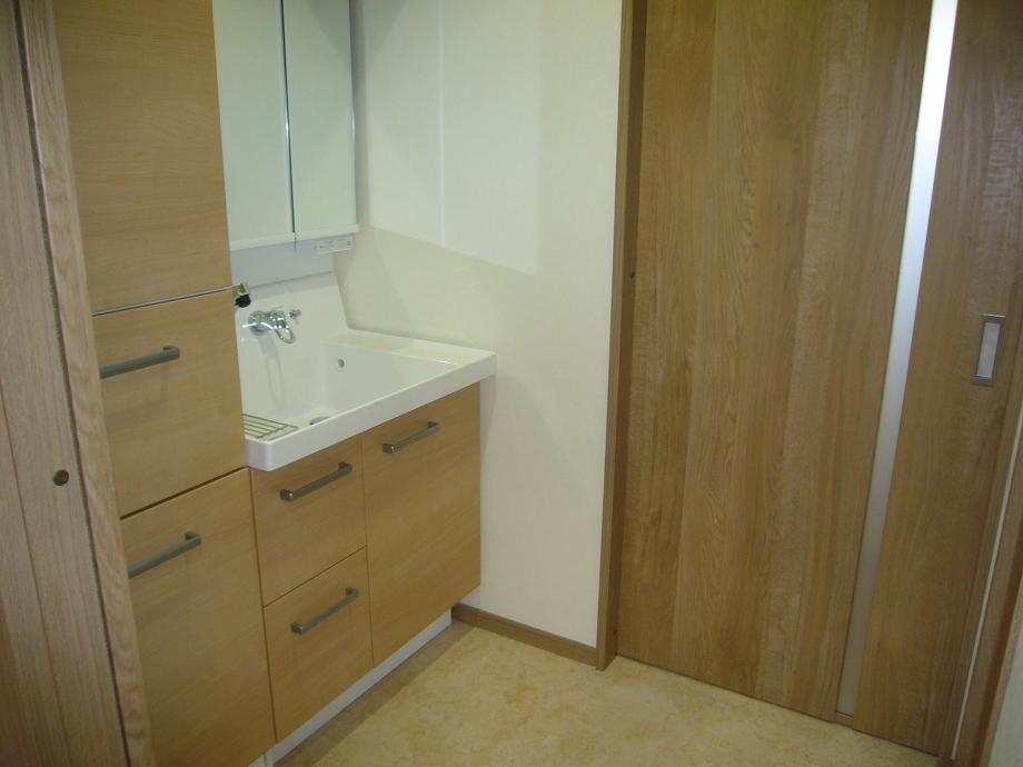 洗面脱衣室です。スペースと動線の関係上洗濯機置場を別にいたしました。