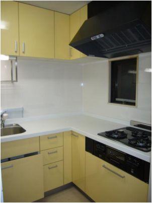 面材が鏡面仕上&キッチンパネルの採用でお手入れが楽なのとフットスペースで収能力が1.5倍にUPしました。