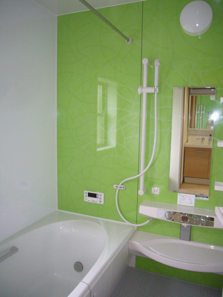 浴室の画像です。アクセントパネルのグリーンがメロンのようで爽やかです。