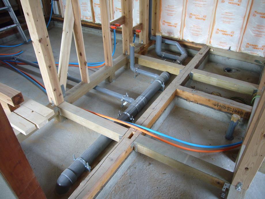 奥に延びている配管はキッチンの排水です。