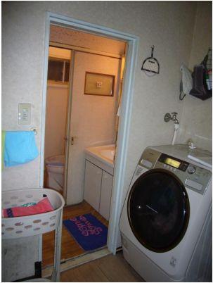 キッチンから見たトイレと洗面所です。