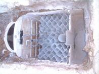 浄化槽上部撤去3材が見えます。 これを撤去しないときちんと砂が入りません。