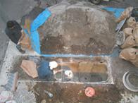 浄化槽の内に入って3材や仕切版を取り除きます。